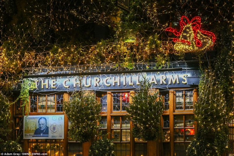 Είναι το Churchill Arms το πιο… Χριστουγεννιάτικο μπαρ;