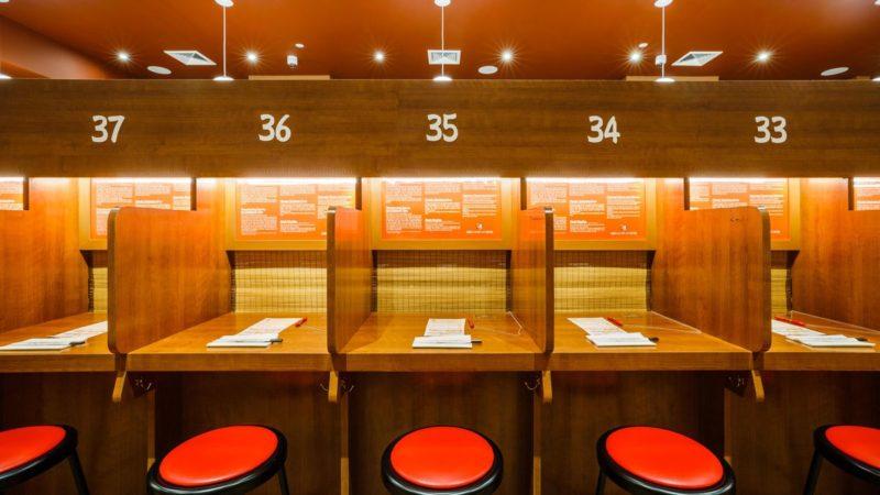 Εστιατόριο για πελάτες που θέλουν να απολαύσουν μόνοι το γεύμα τους!