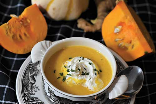 Σούπα βελουτέ κολοκύθας με γιαούρτι & παστράμι