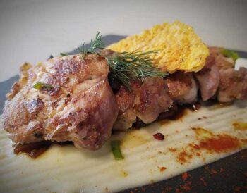 """Συνταγή: Χοιρινό φιλέτο με κρέμα πατάτας με γραβιέρα Κρήτης και """"ραγού μανιταριών"""""""