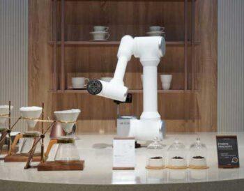 Υψηλής τεχνολογίας ρομπότ που δημιουργήθηκαν με στόχο να βοηθήσουν τους επαγγελματίες της εστίασης