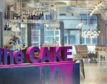 The CAKE: Άσπρο, μαύρο και χρώματα με γλυκιά γεύση